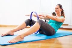 健身老师使exercisese与圈子工具 库存照片