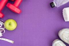 健身背景用在瑜伽席子的设备 免版税库存照片