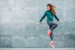 健身街道的体育女孩 免版税图库摄影