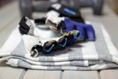 健身衣物 衬衣,在木轻的背景的手套 体育的项目 免版税库存图片