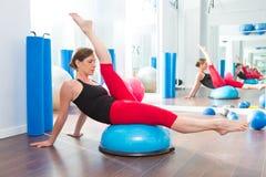 健身讲师妇女的Bosu球有氧运动的 免版税库存照片