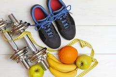 健身设备和健康营养在白色木fl 免版税库存照片