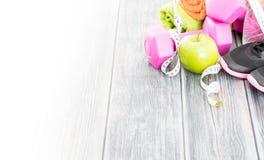 健身设备和健康营养 免版税库存照片