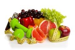 健身设备和健康食物 免版税图库摄影