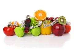 健身设备和健康食物 免版税库存图片