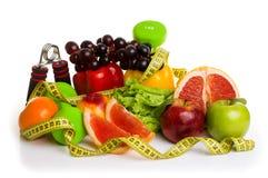 健身设备和健康食物 免版税库存照片