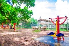 健身设备在公园 免版税库存照片
