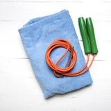 健身设备:毛巾,跳绳 免版税图库摄影