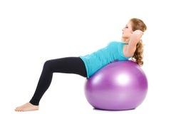 健身辅导员,展示行使与一个大球 免版税库存图片