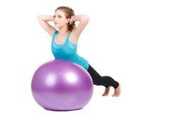 健身辅导员,展示行使与一个大球 免版税库存照片