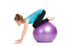 健身辅导员,展示行使与一个大球 免版税图库摄影