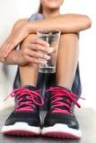 健身运动员饮用的含水玻璃水合作用概念 免版税库存照片