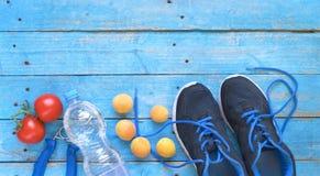 健身锻炼、赛跑和减少重量和健康食物co 库存照片