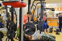 健身霍尔斯坦 跨比赛竞争致力健身房的生日 健身房在村庄Poltavskaya 库存照片