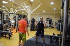 健身霍尔斯坦 跨比赛竞争致力健身房的生日 健身房在村庄Poltavskaya 免版税库存照片