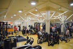 健身霍尔斯坦 跨比赛竞争致力健身房的生日 健身房在村庄Poltavskaya 库存图片