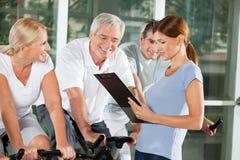 健身高级联系与培训人 免版税库存图片