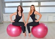健身,体育,行使生活方式-做瑜伽实践的女性小组在健身房 免版税库存图片