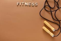 健身,在黑背景的跳绳 免版税图库摄影