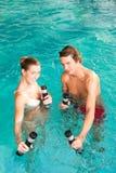 健身-在水之下的体操在游泳池 免版税库存照片