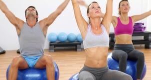 健身类坐锻炼球舒展 股票录像