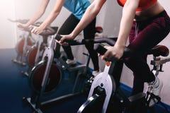 健身锻炼脚踏车的妇女在室内 库存照片