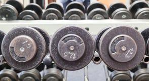 健身锻炼设备哑铃重量 免版税库存图片