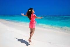 健身 美丽的愉快的妇女跳跃在异乎寻常的海的,浅黑肤色的男人s 免版税库存图片