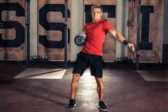 健身Kettlebells摇摆锻炼人锻炼 免版税图库摄影