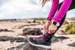健身smartwatch得到跑的准备好的妇女赛跑者 免版税库存照片