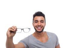 偶然人举行眼睛玻璃年轻人商人 免版税图库摄影