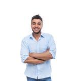 偶然人愉快的微笑年轻英俊的人被折叠的手 免版税图库摄影