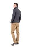 年轻偶然人背面图查寻在肩膀的灰色毛线衣的 免版税库存图片