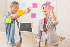 偶然企业同事与稠粘的笔记一起使用 库存图片