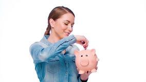年轻偶然加工好的妇女投入了钞票 影视素材