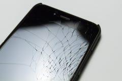 偶然地在白色背景隔绝的崩裂的,损坏的智能手机LCD屏幕 免版税库存照片