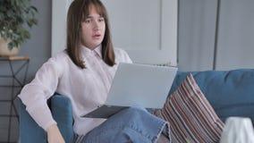 偶然地坐的少女起反应对网上项目失败的,膝上型计算机 股票录像