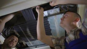 偶然地打破管子的人员服务冷却系统在修理期间 影视素材