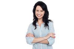 偶然地摆在微笑的女孩,横渡的胳膊 免版税图库摄影