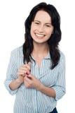偶然地摆在微笑的女孩 免版税库存图片