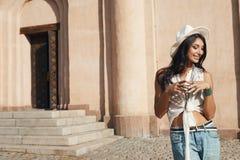 偶然夏天成套装备的印地安夫人反对古老大厦 免版税库存图片
