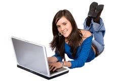 偶然女孩膝上型计算机 免版税库存图片