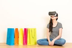 偶然妇女经验VR耳机设备 库存照片