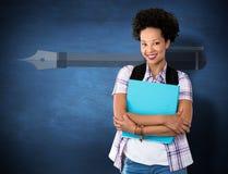 偶然少妇的综合图象有文件夹的在办公室 免版税库存照片