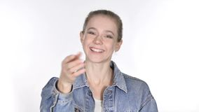 偶然年轻女人邀请的顾客用两只手 股票视频