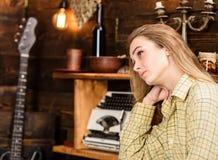 偶然成套装备的女孩在木葡萄酒内部 女孩行为似男孩的姑娘在猎场看手人房子里花费时间 行为似男孩的姑娘概念 夫人 免版税库存照片