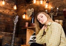 偶然成套装备的女孩在木葡萄酒内部 女孩行为似男孩的姑娘在猎场看手人房子里花费时间 梦想的面孔的夫人 免版税库存图片