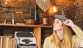 偶然成套装备的女孩有在木葡萄酒内部的平顶帽的 行为似男孩的姑娘概念 镇静面孔的夫人在格子花呢披肩衣裳看 免版税库存照片