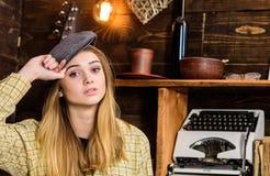 偶然成套装备的女孩有在木葡萄酒内部的平顶帽的 女孩行为似男孩的姑娘在猎场看手人房子里花费时间 安静的夫人 库存照片