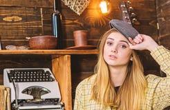 偶然成套装备的女孩有在木葡萄酒内部的平顶帽的 女孩行为似男孩的姑娘在猎场看手人房子里花费时间 安静的夫人 免版税库存图片